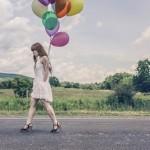 風船を持っている女の人