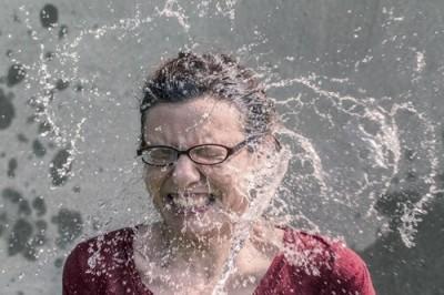 顔に水をかぶる女の人