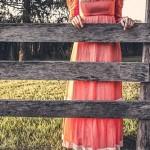 柵をつかんでいる女の人