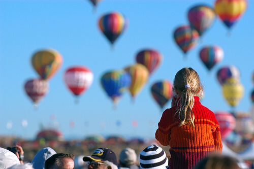 たくさんの気球を見つめる子供