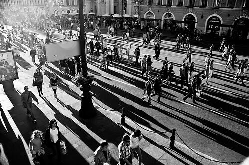 街中を歩く人々