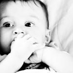 手をしゃぶる赤ちゃん