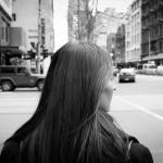 街中を歩く女の人
