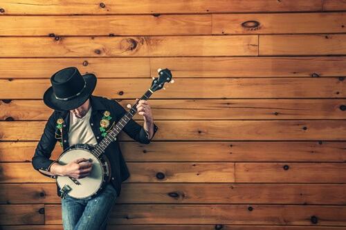 ギターをひく男の人