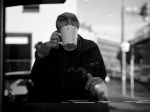 コーヒーを飲んでいる人