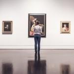 絵画を見る女の人