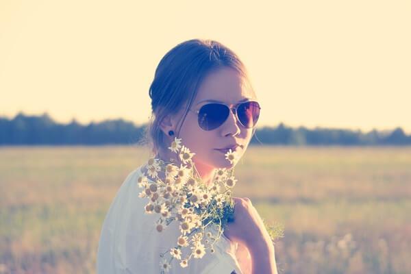 サングラスをかけている女の人