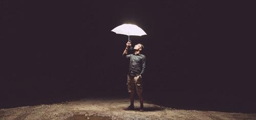 傘をさす男の人