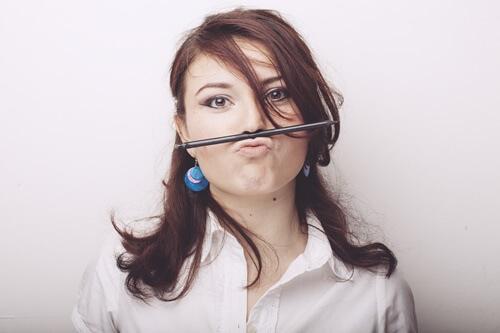 口と鼻でペンを持つ人