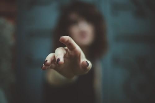 こちらに指をさしている人