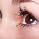 視界に黒い点が見える原因は飛蚊症?確認しておきたい3つの目の病気