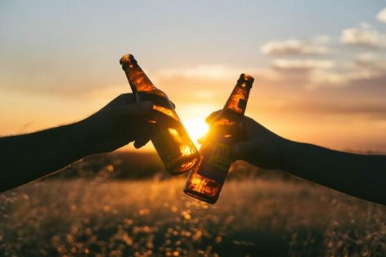 夕日をバックに乾杯