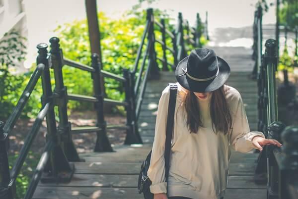 帽子を深くかぶった女の人