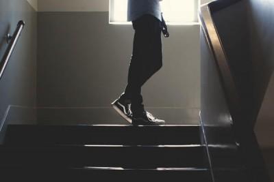階段をのぼる足元
