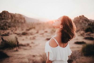 空を見上げる女の人