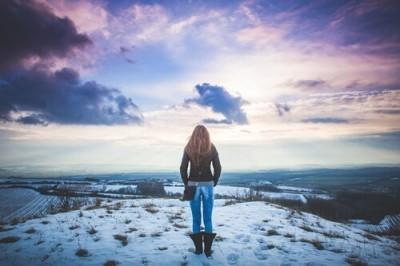 雪の上に立つ女の人