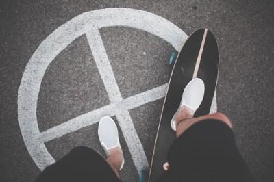 スケートボードに乗る人