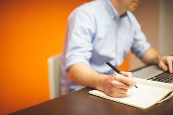 ノートに文字を書く人